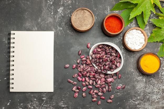灰色の表面に調味料を入れた新鮮な生豆の上面図