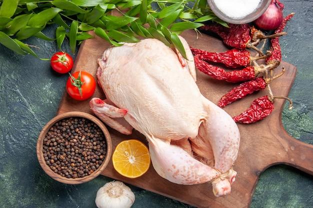진한 파란색 배경 주방 식사 동물 사진 음식 고기 색상 농장에 빨간 토마토와 함께 상위 뷰 신선한 생 닭고기