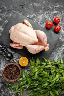 밝은 어두운 배경 주방 식사 동물 사진 고기 색상 농장 음식에 토마토와 함께 상위 뷰 신선한 생 닭고기