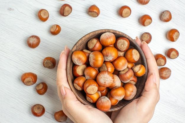 上面図白いデスクナッツ映画の新鮮な生ヘーゼルナッツ植物食品クルミスナック