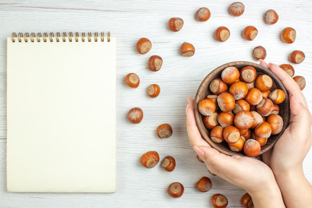 上面図白いデスクナッツの新鮮な生ヘーゼルナッツ映画植物食品クルミスナック