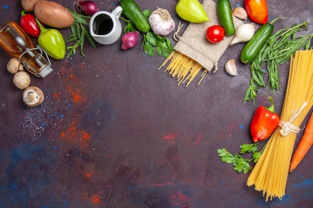 上面図暗い表面のサラダ食品健康野菜ミールに野菜と新鮮な生パスタ
