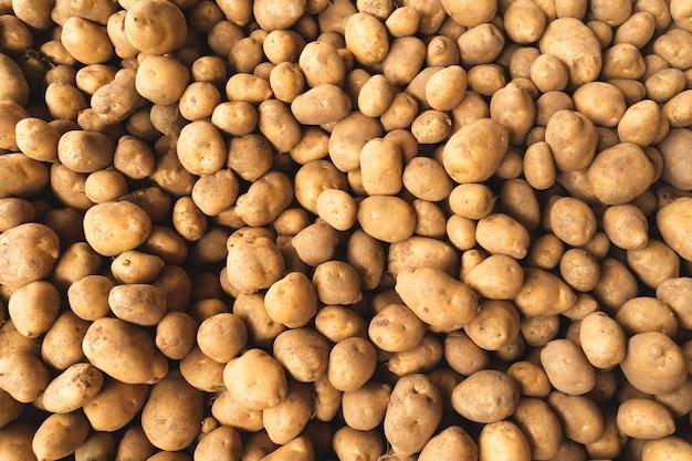 Вид сверху свежий сырой картофель