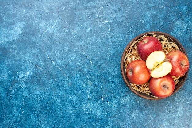 上面図青いテーブルのプレート内の新鮮な赤いリンゴ写真熟した色の木健康的な生活梨果実のない場所