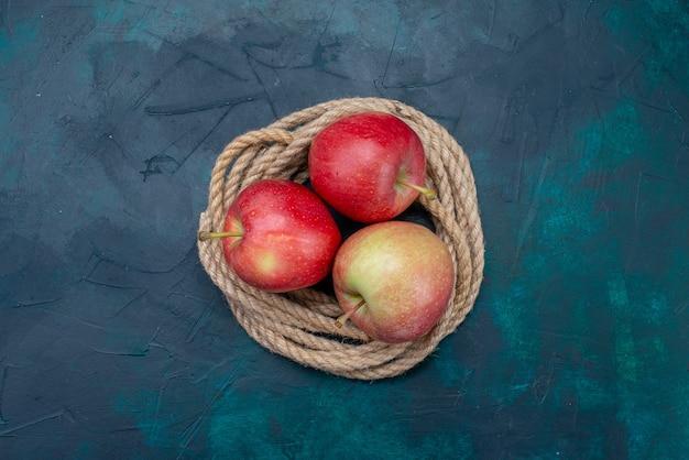 上面図濃紺の表面にジューシーでまろやかな新鮮な赤いリンゴ熟した果実新鮮なまろやか