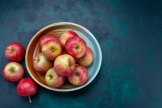 上面図濃い青の背景にジューシーでまろやかな新鮮な赤いリンゴフルーツ新鮮な熟したまろやかなビタミン