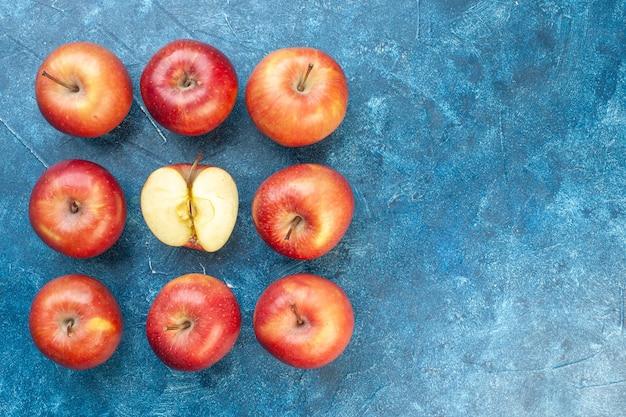 青いテーブルに並んでいる上面図新鮮な赤いリンゴ