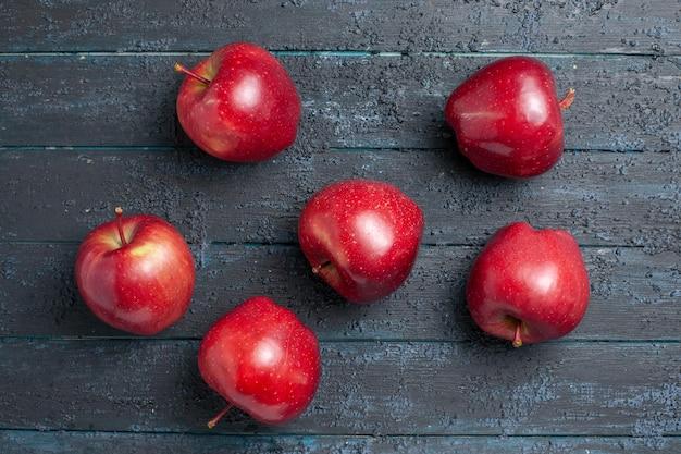 上面図新鮮な赤いリンゴがまろやかで熟した果実を紺色の机の上の果実全体の色赤い植物のビタミンが新鮮