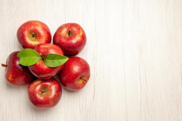 상위 뷰 신선한 빨간 사과 흰색 책상 과일 색 신선한 식물 붉은 나무에 부드럽고 잘 익은 과일