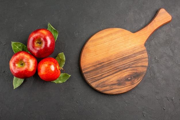 Vista dall'alto mele rosse fresche frutti dolci sulla scrivania scura frutta matura rossa fresca