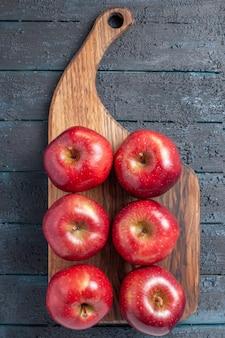 Vista dall'alto mele rosse fresche frutti maturi dolci sulla scrivania blu scuro colore rosso pianta vitamina fresca
