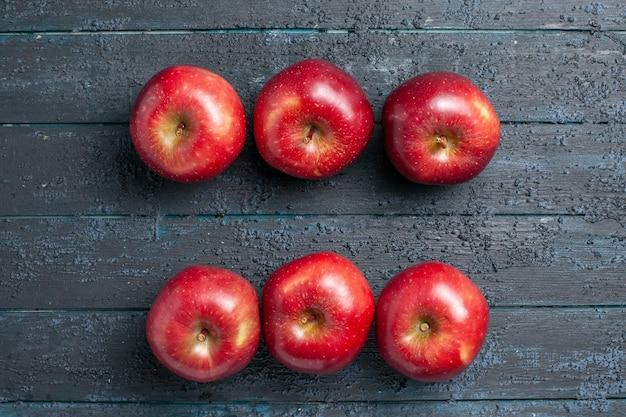 Vista dall'alto mele rosse fresche frutti maturi morbidi su scrivania blu scuro colore frutta fresca vitamina rosso