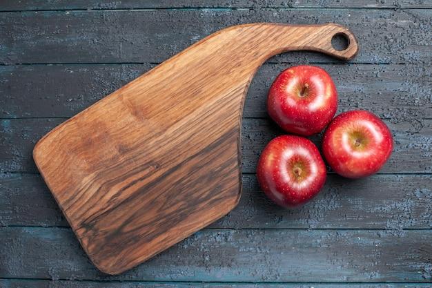 Vista dall'alto mele rosse fresche frutti maturi morbidi su scrivania blu scuro colore rosso vitamina fresca pianta frutta