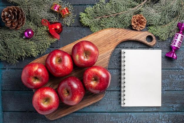 상위 뷰 신선한 빨간 사과 진한 파란색 책상 식물에 부드러운 익은 과일 많은 과일 색상 신선한 비타민 레드