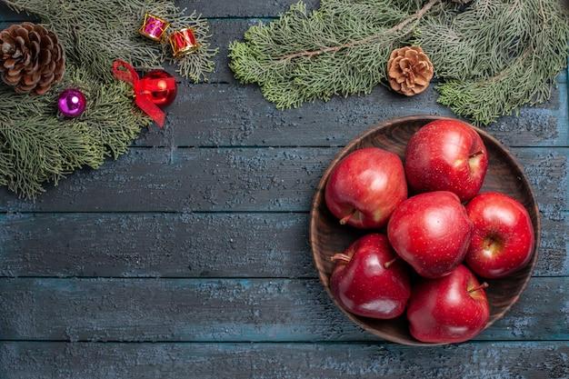 진한 파란색 책상 식물에 상위 뷰 신선한 빨간 사과 부드러운 익은 과일 많은 과일 나무 빨간색 신선한 색상