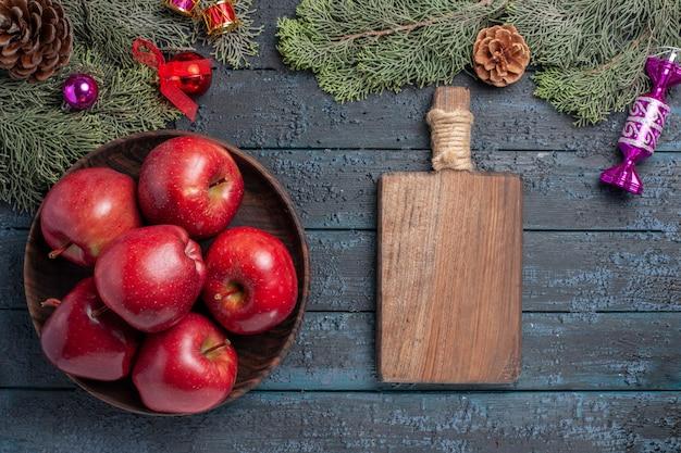 上面図新鮮な赤いリンゴ紺色の机の上のまろやかな熟した果物多くの果物ビタミンの木赤い新鮮な色