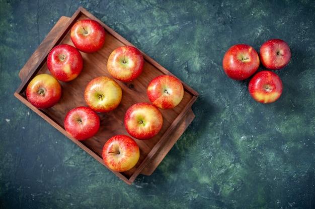 上面図濃い青の背景色の新鮮な赤いリンゴフルーツ健康ツリー梨夏まろやかな熟した