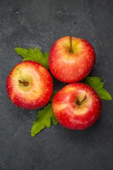 灰色の背景に新鮮な赤いリンゴの上面図