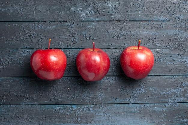 상위 뷰 신선한 빨간 사과 진한 파란색 책상에 줄 지어 잘 익은 부드러운 과일 많은 과일 붉은 신선한 색 나무 식물