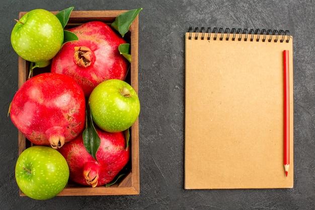 어두운 책상 과일 색상에 녹색 사과와 상위 뷰 신선한 빨간 석류 익은