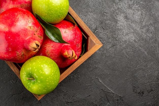어두운 표면 익은 과일 색상에 녹색 사과와 상위 뷰 신선한 빨간 석류