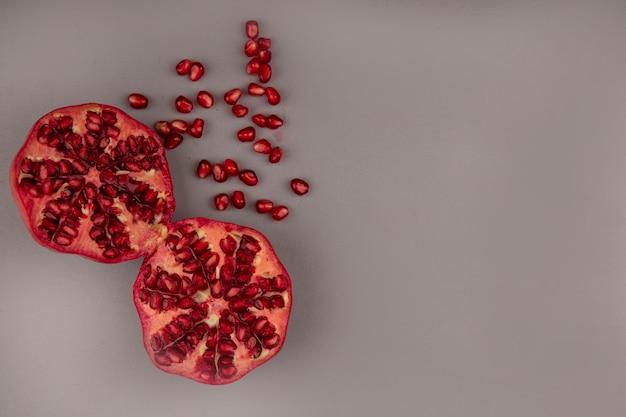 Vista dall'alto di melograni rossi freschi con semi isolati con spazio di copia