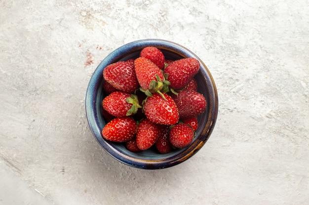 흰색 공간에 접시 안에 상위 뷰 신선한 빨간 딸기