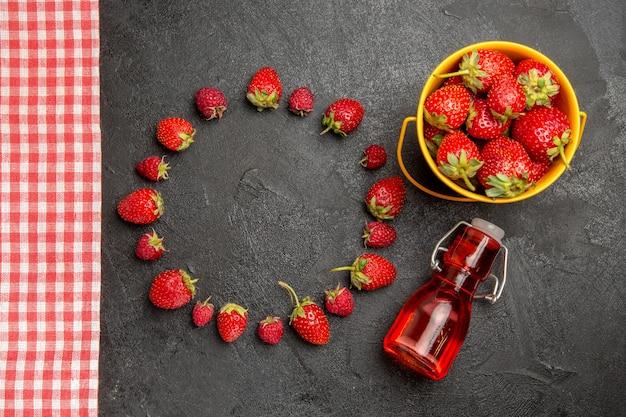 暗いテーブルフルーツベリー色ラズベリーの上面図新鮮な赤いイチゴ