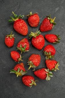灰色の背景に新鮮な赤いイチゴの上面図