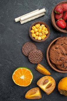 어두운 테이블 달콤한 설탕 쿠키에 비스킷과 상위 뷰 신선한 빨간 딸기