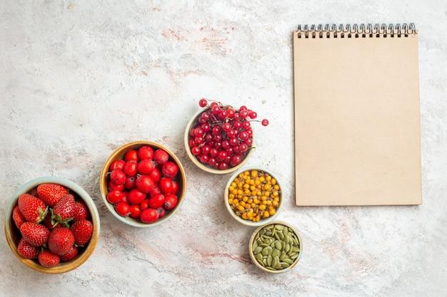 흰색 테이블, 과일 베리에 다른 과일과 상위 뷰 신선한 빨간 딸기