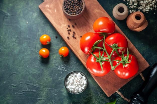 Vista dall'alto pomodori rossi freschi sulla superficie scura insalata di verdure fresche pasto cibo pepe colore maturo