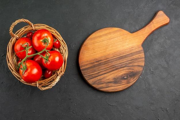 Pomodori rossi freschi di vista superiore all'interno del canestro