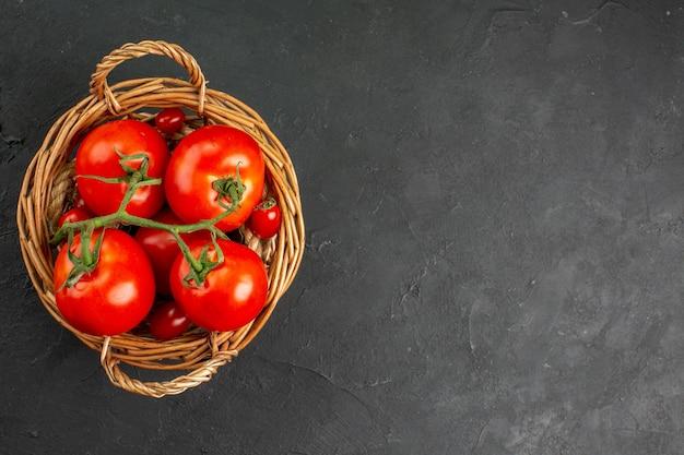 Вид сверху свежие красные помидоры внутри корзины