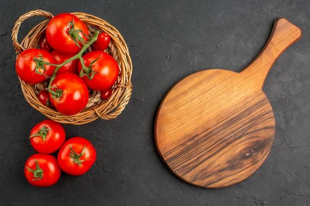 バスケットの中の新鮮な赤いトマトの上面図