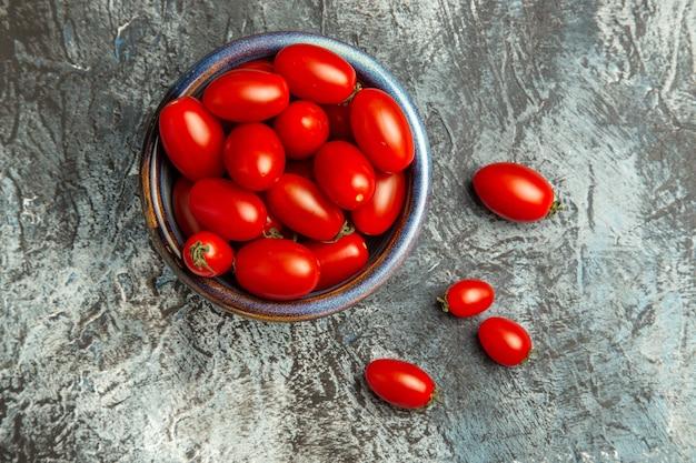 ダークライトテーブルフルーツ写真ダークサラダのプレート内の新鮮な赤いトマトの上面図