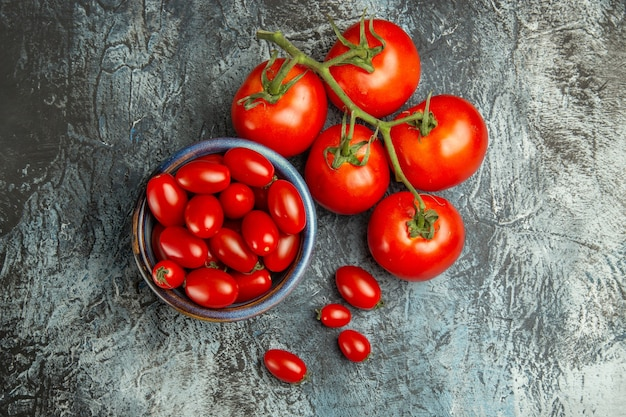 어두운 빛 테이블에 상위 뷰 신선한 빨간 토마토 어두운 샐러드 건강