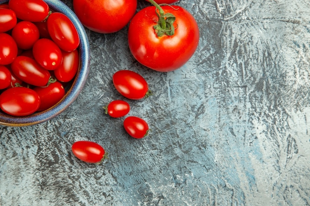 어두운 빛 테이블 사진 어두운 샐러드 건강에 상위 뷰 신선한 빨간 토마토