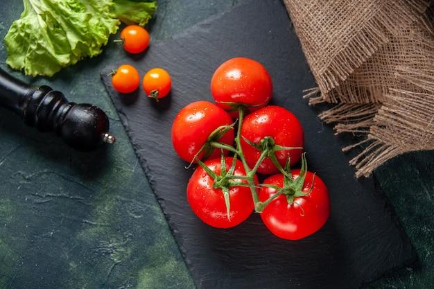 어두운 표면에 상위 뷰 신선한 빨간 토마토 익은 성장 식사 샐러드 사진 저녁 식사 음식 색상