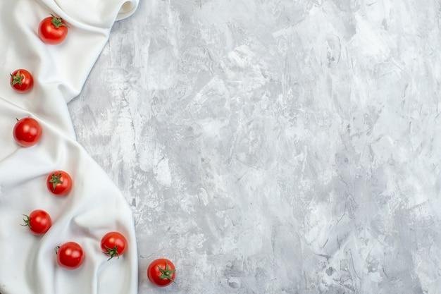 Вид сверху свежие красные помидоры на белой поверхности