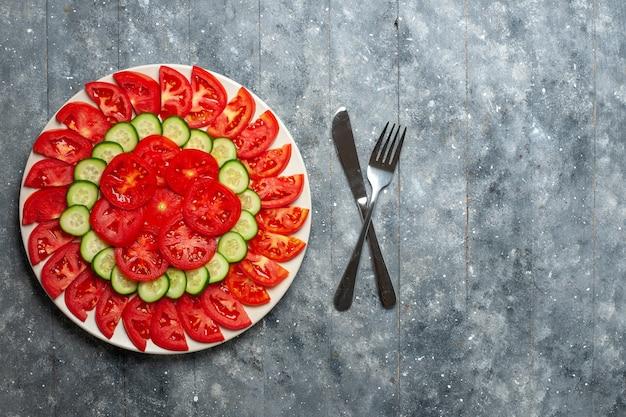 회색 책상에 상위 뷰 신선한 빨간 토마토 슬라이스 신선한 샐러드
