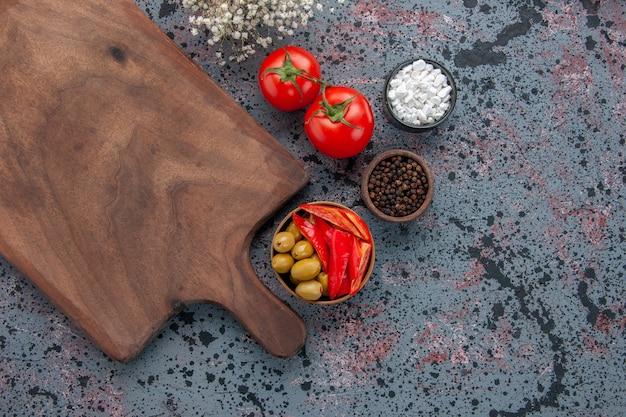 밝은 배경에 조미료와 상위 뷰 신선한 빨간 토마토