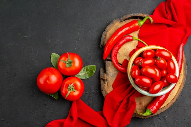 スパイシーペッパーと新鮮な赤いトマトの上面図