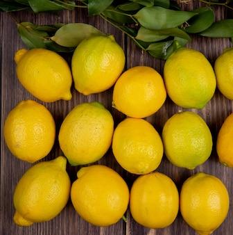Vista superiore dei limoni maturi freschi isolati su rustico