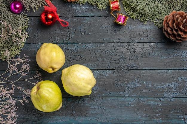 Vista dall'alto mele cotogne mature fresche frutti acidi sulla scrivania rustica blu scuro pianta fresca frutti maturi dell'albero