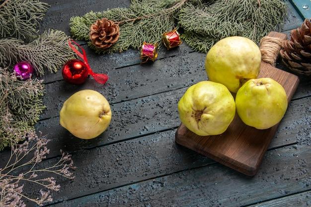 上面図新鮮な熟したマルメロの酸っぱい果物を紺色の素朴な机の上にたくさんの新鮮な植物の熟した果樹