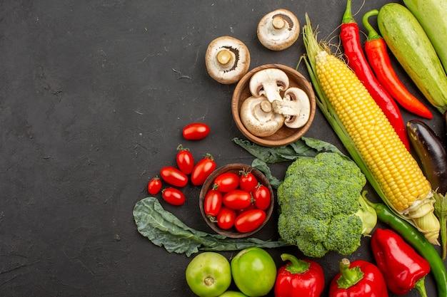 Composizione di verdure fresche mature vista dall'alto sul pavimento scuro