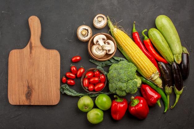 Composizione di verdure fresche mature vista dall'alto sullo scrittorio grigio