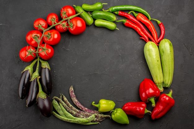 暗い背景の上面図新鮮な熟した野菜の組成物