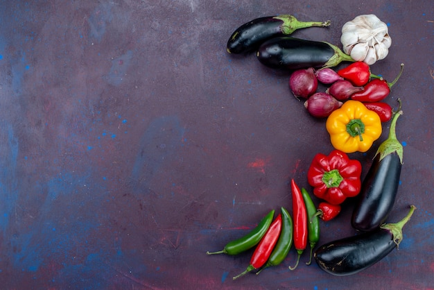 Вид сверху свежие спелые овощи, разложенные по всему темному фону, спелые фрукты, овощи, еда, свежие